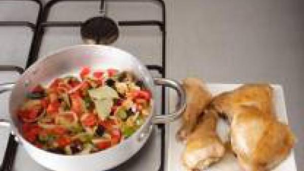 Pela los ajos y córtalos en trozos. Corta la berenjena en dados pequeños. Elimina las semillas de los pimientos rojos y verdes y córtalos en trozos. Pela las cebollas y córtalas en rodajas finas. Cali