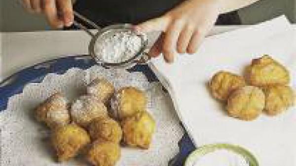 Colócalos sobre papel de cocina y rebózalos con azúcar cuando hayas escurrido el aceite. Es mejor consumirlos un poco calientes.