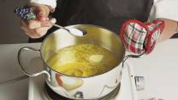 Calienta el aceite en un cazo y añade una cucharada de masa por cada buñuelo que quieras conseguir, fríelos a fuego lento.