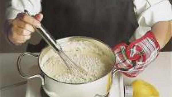 Disuelve la levadura en el agua y añade la harina tamizada, luego la sal y deja reposar durante una media hora.