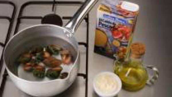 Lava y escurre los caracoles. Vierte el caldo en una cacerola y llévalo a ebullición.  Añade los caracoles y cuécelos durante unos 20 minutos. Traslada los caracoles a una fuente y sírvelos tibios o f