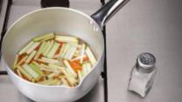 """Preparara el """"all i oli"""".  Pela los dientes de ajo y machácalos en un mortero. Agrega la yema de huevo y mezcla.  Salpimienta. Vierte la mitad del aceite en hilo, removiendo enérgicamente con el mazo"""