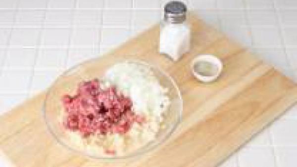 Mezcla la carne picada junto con el pan remojado en leche, el huevo entero, añade los piñones y las pastillas de Avecrem desmenuzadas. Trabaja hasta obtener un compuesto homogéneo y forma albóndigas d