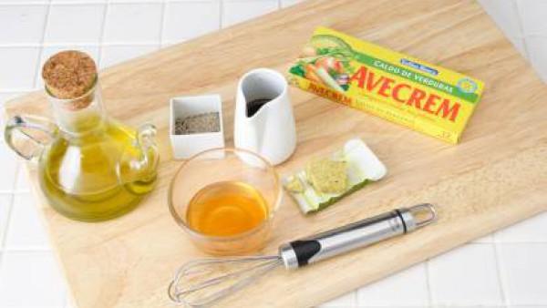 Preparar la vinagreta: introducir la miel y el vinagre en un bol, añadir una pizca de sazonador Avecrem Caldo de Verduras -30% de sal y pimienta.