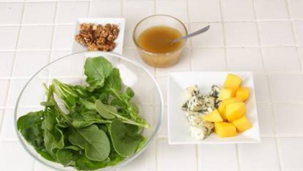Colocar la rúcula en una ensaladera o distribuirla en cuatro platos individuales.