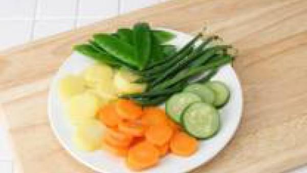 Elimina el pie terroso de los champiñones, límpialos con papel de cocina ligeramente humedecido y córtalos en laminas. Limpia y pela las zanahorias y los nabos y córtalos en rodajas. Ponlos en un cest