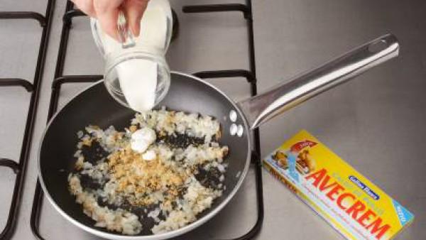 Lava y corta los calabacines en rodajas. Cuécelos al vapor junto con los tirabeques unos 4-6 minutos. Pela la cebolla y rállala.  Rehógalo durante 5 minutos en un cacerola con mantequilla previamente
