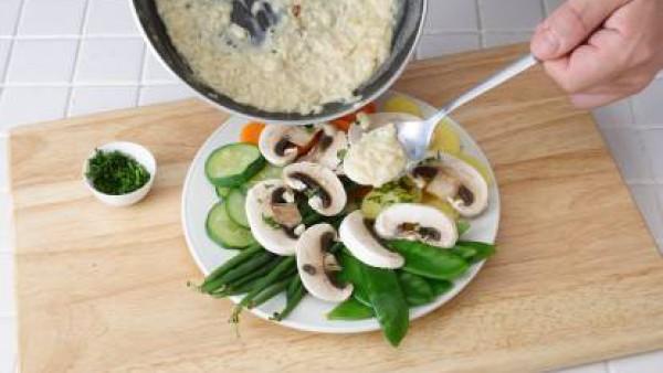 Dispón todas las hortalizas cocidas en una fuente. Espolvorea con el perejil picado y una pizca de pimienta y riega con la salsa obtenida. Sirve.
