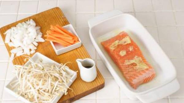 Ponlo al horno, precalentado a 180 grados, y cuécelo durante 15-18 minutos.  Retíralo y resérvalo. Calienta el resto del aceite en una sartén o en un wok y saltea el ajo picado, los brotes de soja y e