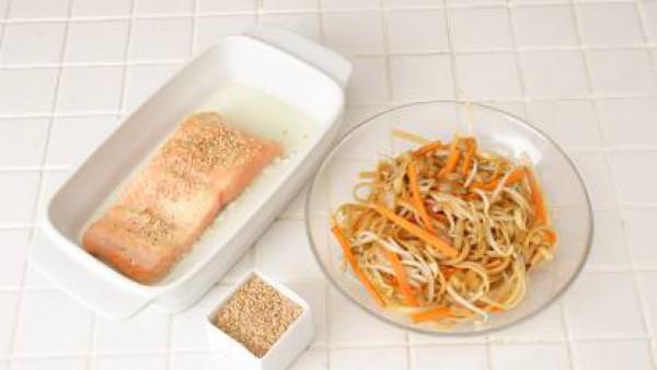 En cada plato, distribuye los tallarines mezclados con la salsa y colocar encima el salmón. Sírvelo caliente.