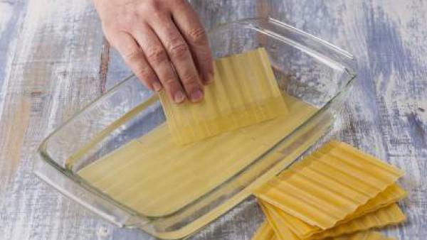 Precalienta el horno a 200º. Hidrata las placas de lasaña, tal como se indica en el envase.  Prepara la bechamel, con la leche, según las instrucciones del sobre. En una sartén, con un poco de mantequ