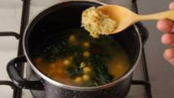 Pon el caldo a calentar en una olla. Incorpora los garbanzos escurridos y lavados, con las espinacas, 1/2 cucharadita de pimentón, y el majado.
