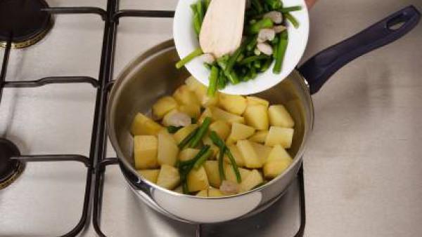 Pela y corta las patatas en tacos y dóralas en la olla con aceite.