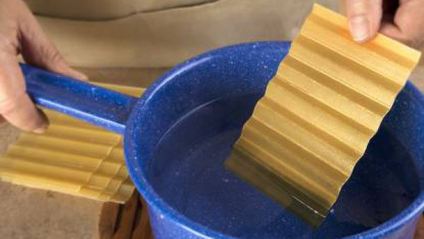 Poner a hidratar las placas de lasaña fácil El Pavo