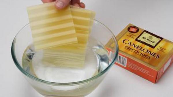 Hidrata las placas de canelones según las instrucciones del envase. En una cazuela con un poco de aceite, sofríe la cebolla y reserva. En un bol, mezcla el atún con la cebolla, las olivas troceadas, u