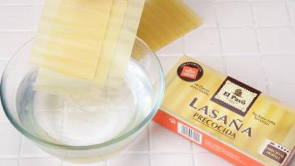 Hidrata las placas de lasaña, según las instrucciones del envase. Prepara un sofrito con la carne de ternera, la de polllo, el jamón y el sofrito, todo regado con la copita de jerez y sazonado con una