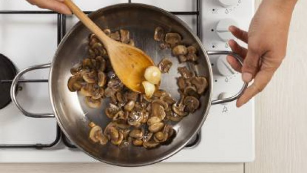 Hidrata las placas de Lasaña Fácil El Pavo o Lasaña El Pavo, según las instrucciones del envase.  Fríe la cebolla con la mantequilla y cuando esté blanda, añade las setas y dejar durante 10 minutos.