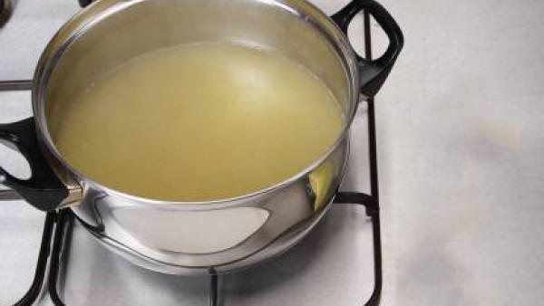 Disuelve el contenido del envase de Sopa de Pollo con Fideos Finos Gallina Blanca en 1 litro de agua caliente (sin que llegue a hervir).