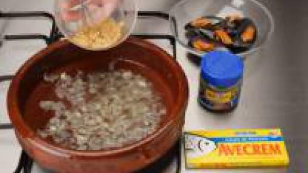 Mezcla en un cuenco el zumo de ½ limón, pimienta, ½ pastilla de Avecrem 100% Natural Pescado y Marisco y las finas hierbas.