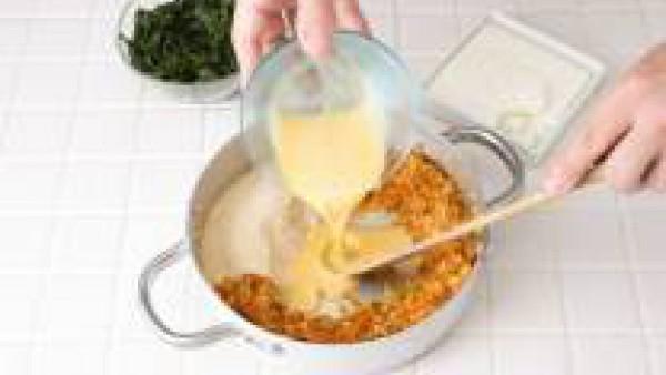 Sazona con una pizca de Avecrem, el Sofrito de Tomate y Cebolla, y mezcla bien. Forma cuatro hamburguesas con ayuda de un poco de harina y déjalas reposar en la nevera durante unas 3 horas aproximadam