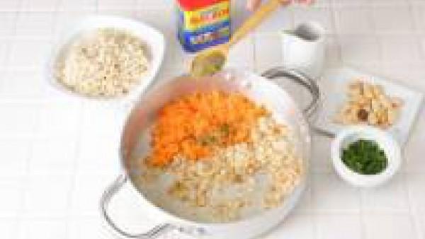 Pon a hervir el caldo, incorpora el arroz y cuece durante al menos unos 30 minutos. Cuando esté cocido, escurre y reserva. Tritura el pan en la picadora.