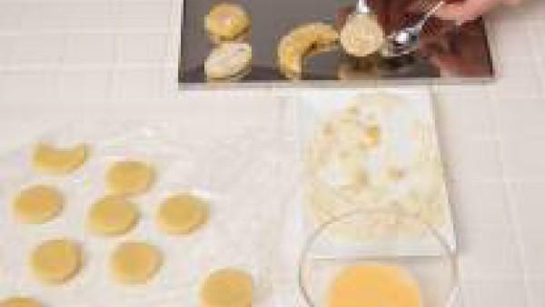Pinta con huevo batido y espolvorea con lo que quede del azúcar y la vainilla. Coloca en la placa del horno sin que estén muy juntas y hornea durante 10 minutos a 200 ºC.