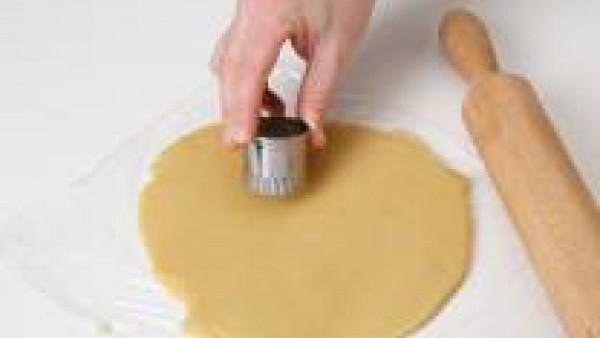 Precalienta el horno a 200ºC. Mientras tanto, extiende con el rodillo y corta la masa con cortapastas para darle la forma deseada.