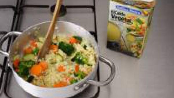 En una sartén con mantequilla y aceite, saltea las verduras troceadas, salpimienta ligeramente e incorpora 1 cucharadita de curry, a media cocción riega con la mitad del vino. Deja cocer a fuego lento