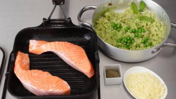 Salpimenta los filetes de salmón. Calienta la plancha, untada con un poco de aceite y dora el pescado por ambos lados.