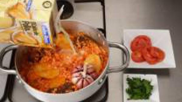 Vierte el caldo y coloca encima las rodajas de tomate y un poco de perejil picado.