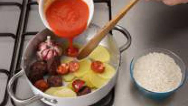 En una cazuela con un poco de aceite, saltea las patatas, los ajos, el tocino, el chorizo y la morcilla.