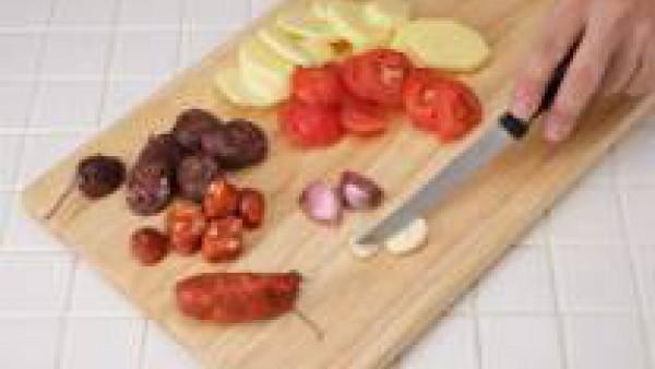 Pela las patatas y córtalas a rodajas, como las morcillas, el chorizo y el tomate.