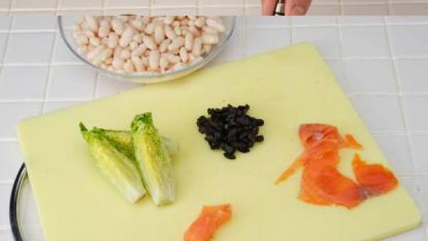Prepara una vinagreta mezclando el aceite con el vinagre, el zumo de limón y 1/2 pastilla de Avecrem desmenuzada. Bate enérgicamente con un batidor de varillas.