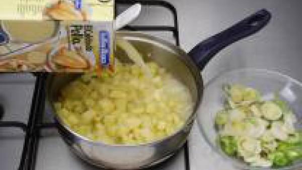 Pela las patatas cortándolas pequeñas, saltéalas un poco, en la misma grasa y riega con el Caldo Casero de Pollo 100% Natural, dejando que cueza todo, hasta deshacerse las patatas.