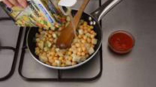 Saltea en un poco de aceite la berenjena, deja cocer 5 minutos, añade el sofrito. Agrega los garbanzos cocidos (lavados, si son de bote) y el caldo. Deja cocer 20 minutos más.