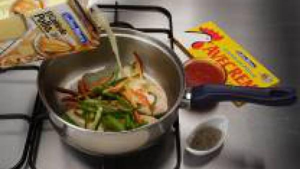 Agrega las verduras, el Caldo de Pollo 100% Natural Gallina Blanca, el Tomate Frito Gallina Blanca, la pastilla de Avecrem Caldo de Pollo Gallina Blanca desmenuzada y la pimienta. Cuece durante unos 5