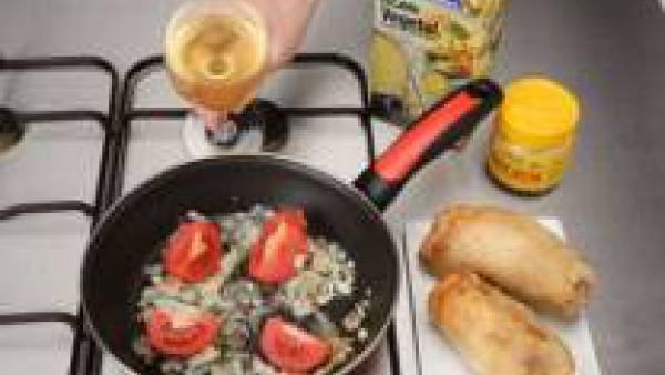 Para la salsa, fríe la cebolla picada y los ajos picados y cuando cojan color, añade el Tomate Frito Gallina Blanca, medio vaso de vino blanco, un poco de Avecrem y caldo de verduras. Deja que se haga