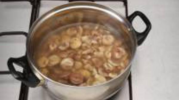 Cuece las castañas con agua y sal (o en un caldo ligero).