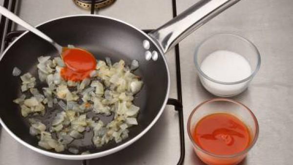 Rehoga el Tomate Frito Gallina Blanca en una sartén e incorpora el tomate natural, añade el azúcar y deja cocer hasta que espese.