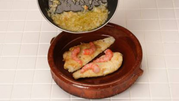 Vierte el sofrito a la cazuela del pescado, cubre con un poco de Caldo Casero de Pescado 100% Natural y cuece unos cinco minutos para que se mezclen bien los sabores. Lo puedes servir en la misma cazu