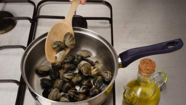 Coloca los trozos de merluza y añade las almejas, sazona al gusto y deja cocer hasta que las almejas se abran. Mueve la cazuela constantemente para que no se agarre. Sirve de inmediato. Se puede decor