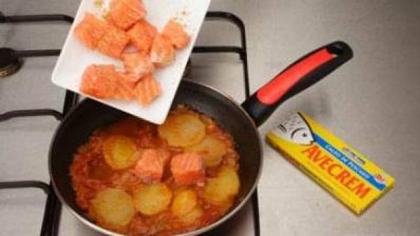 Incorpora el salmón a trozos, sazonado con Avecrem Dúo Salsa de Tomate, desmenuzado y deja cocer 5 minutos más. Sirve caliente.