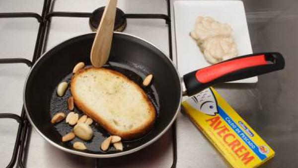 Fríe el rape, previamente sazonado con Avecrem Pescado -30% de sal, en una sartén con muy poco aceite; retíralo y reserva. Añade a la sartén un poco más de aceite y fríe los ajos y las almendras. Cuan