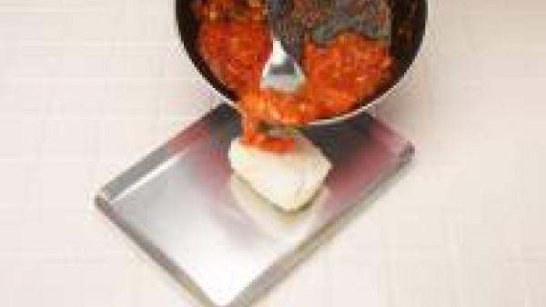 Deja cocer a fuego lento durante 10 min. Añade los lomos de bacalao y prosigue la cocción durante 5 min. más.