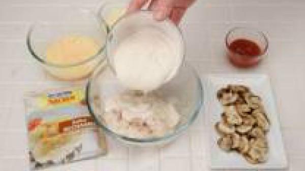 Prepara Mi Salsa Bechamel con el medio litro de leche, siguiendo las instrucciones del sobre y mezcla con el pescado desmenuzado, el Tomate Frito Gallina Blanca, los huevos, el queso rallado y la past