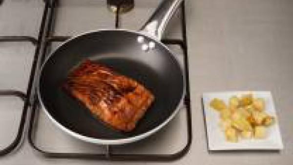 Calienta un poco de aceite en una sartén y fríe el pescado 4 minutos por lado. Sirve las supremas de salmón con la jalea de manzana y las manzanas fritas.