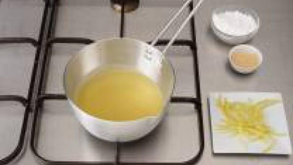 Pela los limones y desecha la parte blanca. Corta en juliana la piel de limón y escalda 2 min. en agua caliente.