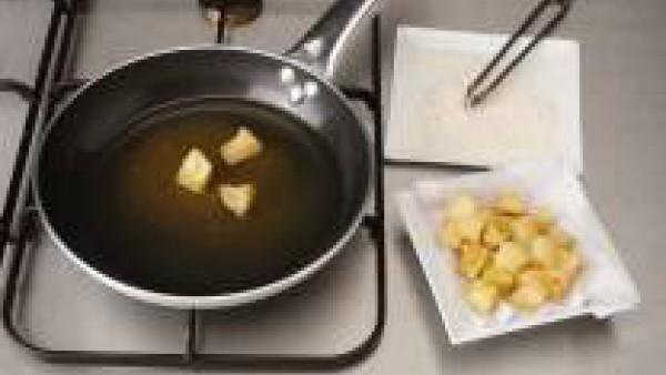 Para la guarnición pela las dos manzanas, córtalas al gusto, enharínalas y fríelas hasta que se doren, escurre sobre papel de cocina y reserva.