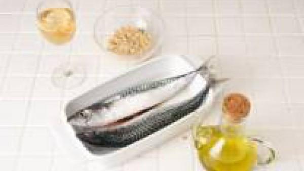 Limpia las caballas y sécalas bien. Sazónalas con Avecrem 100% Natural Pescado y Marisco desmenuzado y pimienta por dentro y por fuera. Rellénalas con la picada preparada.