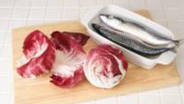 Coloca las caballas en una bandeja de horno y rocía con un poco de aceite y vierte el vino, añade el resto de la picada e introdúcelas en el horno a 180ºC, unos 20-25 minutos. Sirve acompañado con una